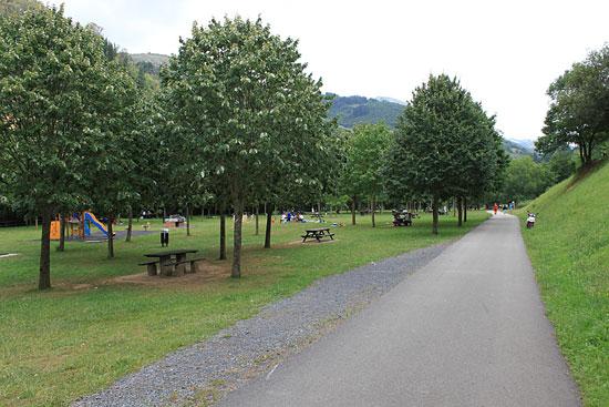 Un parque muy concurrido por familias.