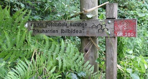 Señalización durante la Ruta de los Dólmenes de Munarrikolanda.