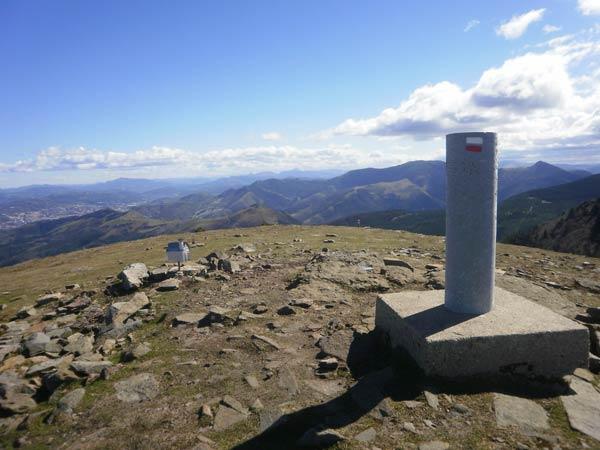 Cima del Ganeran, con su buzón, su geodésico, sus vistas y el viento, que no se ve pero había y de lo lindo.
