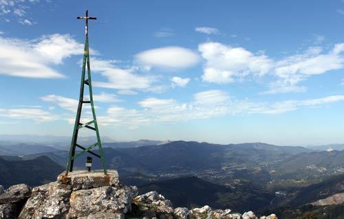 Cima del Pico de la Cruz, un homenaje 'txiki' al Gorbea.