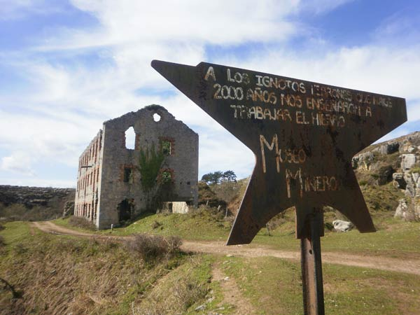 El hierro, siempre presente en esta ruta por Peñas Negras.