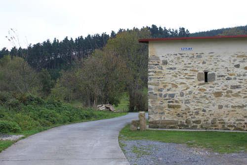 El caserío Lutxako, una de las pocas viviendas de la subida.