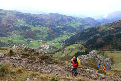 Vista del valle de Errezil desde el camino de subida al Hernio.
