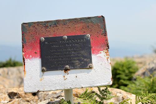 La cima del Pagasarri está plagada de buzones y placas.