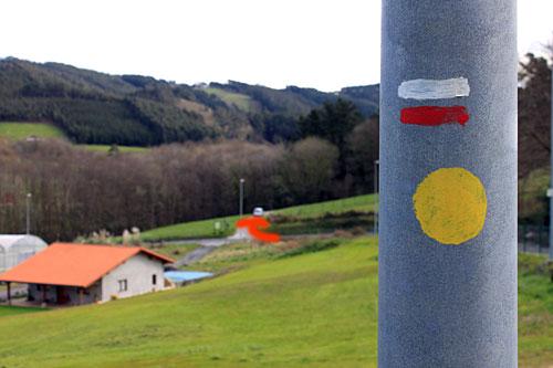 ¿Ves la flecha roja del fondo que hemos pintado? Pues es por ahí.