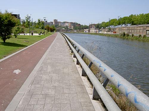 Lo rojo, para las bicicletas; el resto, para los peatones.