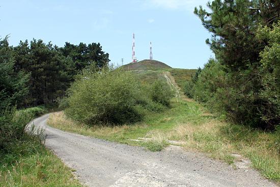 Por un lado la carretera; por el otro, la ruta de montaña.