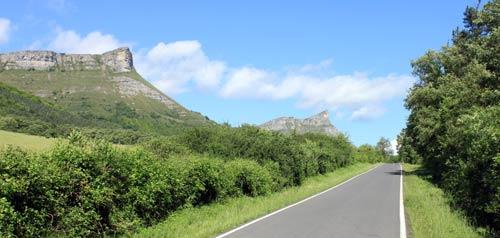 Carretera a Lendoñogoiti, bajo la atenta mirada de Bedarbide y Tologorri.