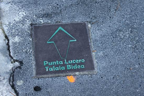 Losetas indicativas de subida a Punta Lucero.