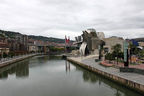 Museo Guggenheim Bilbao, visto desde la pasarela Padre Arrupe.