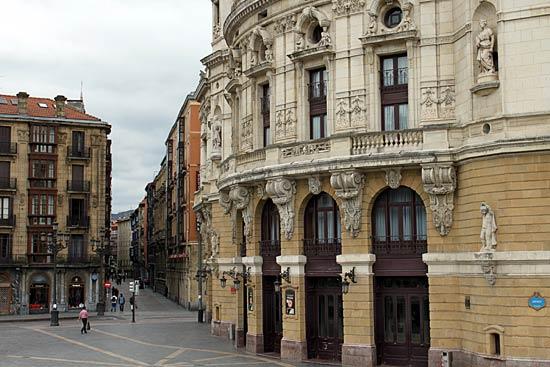 El Teatro Arriaga de Bilbao. Al fondo, el Casco Viejo.