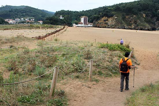 Con botas por la playa de La Arena (Zierbena). Somos lo peor…
