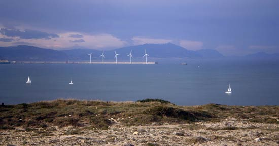 Molinos y veleros a favor de viento.