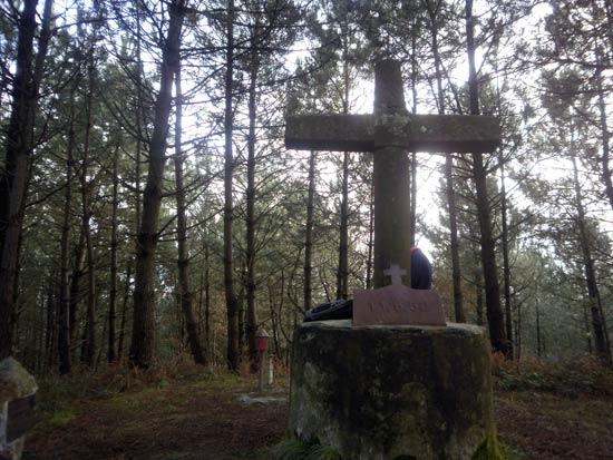 La cima: dos buzones, una gran cruz y pinos, muchos pinos.