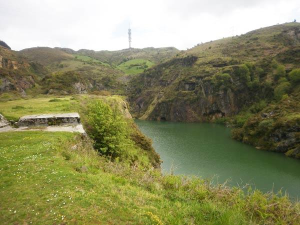 Como en La Vuelta, la llegada a los lagos es final de etapa.