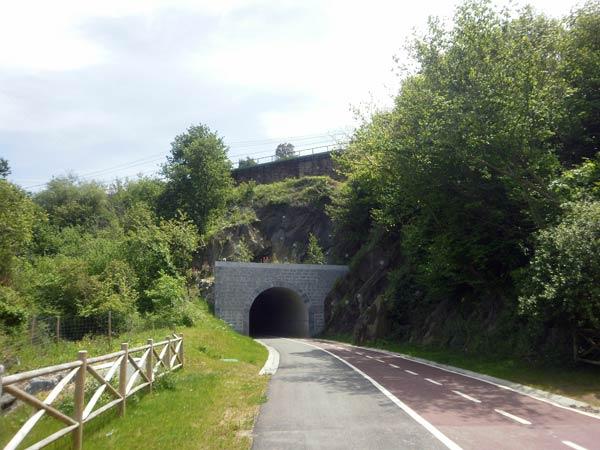 """Túnel bajo las vías del """"funi""""."""