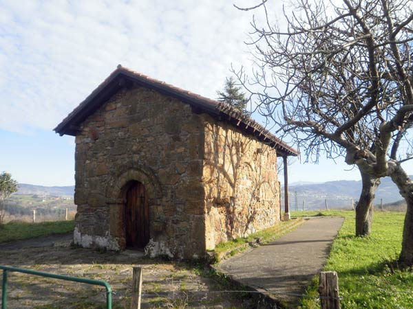 San Pedro de Abrisketa. Llama la atención su ventanuco prerrománico en la parte trasera.