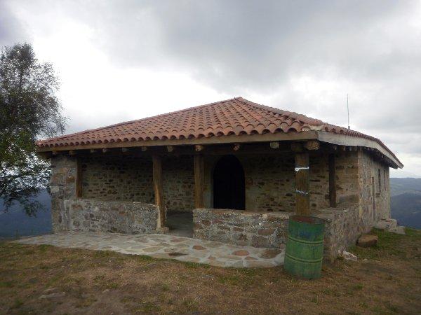 Ermita de Santa Marina, que cuenta con pequeño merendero.
