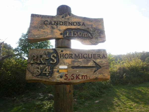 Elegantes carteles nos guían en este sendero por pueblos abandonados.
