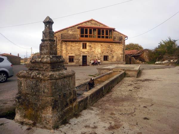 Pilón, lavadero y bella casa en Sotillo.