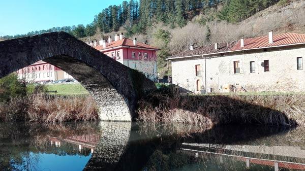 Puente de Otazu sobre el río Nervión.
