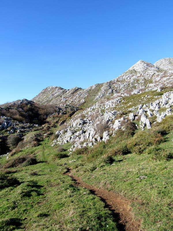 A un paso del monte.