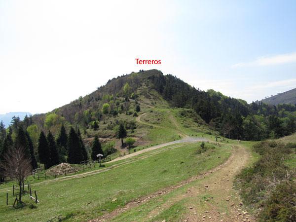 Collado de la nevera, entre Kolitza y Terreros. Tomando el camino a la derecha, a Burgueño.