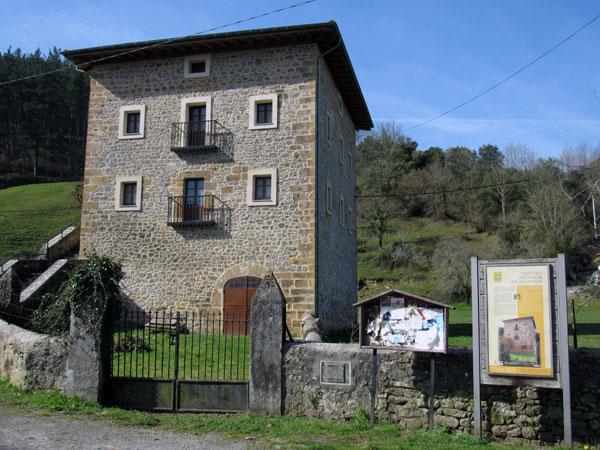 Además del entorno natural, la arquitectura de Turtzioz también es interesante