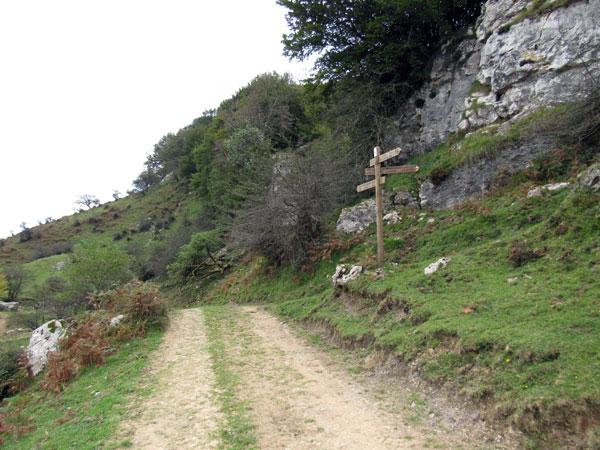 No despistarse, que el sendero gira junto al poste